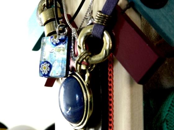 collares-colgados-en-armario