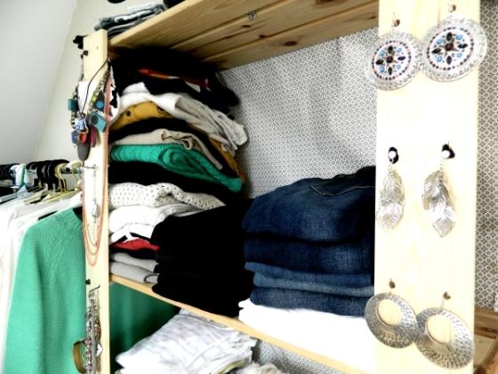 pendiente-collares-colgados-armario