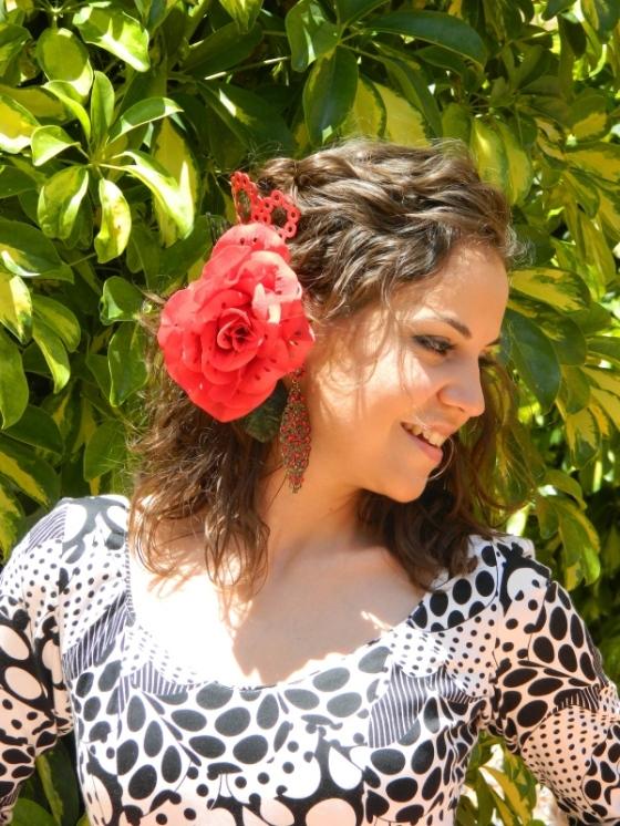 mujer vestida de flamenca gitana perfil