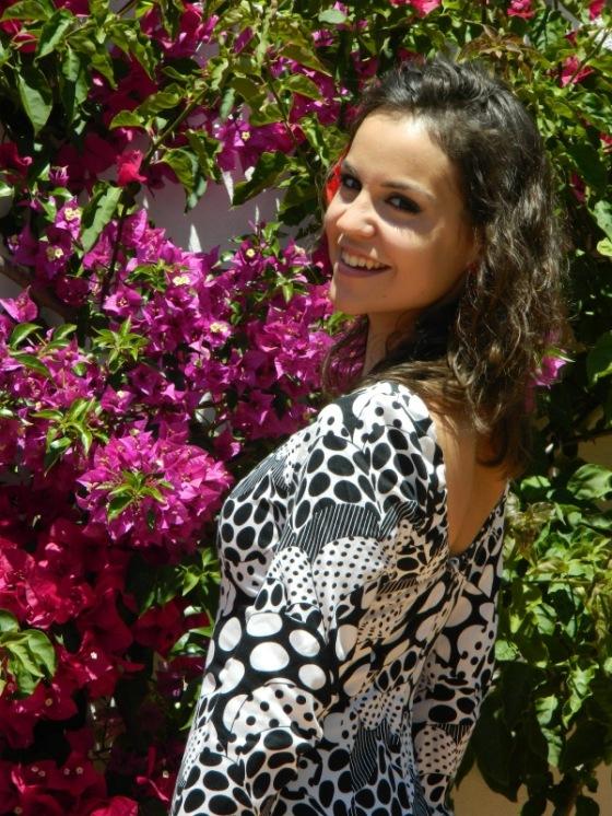 pilar-vestida-de-flamenca-de-perfil