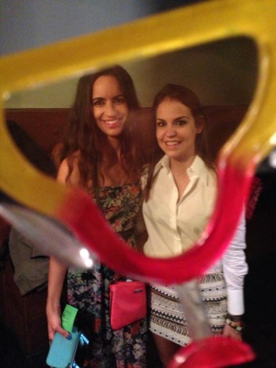 Ángela y yo a través de la lente de una gafas de fiesta