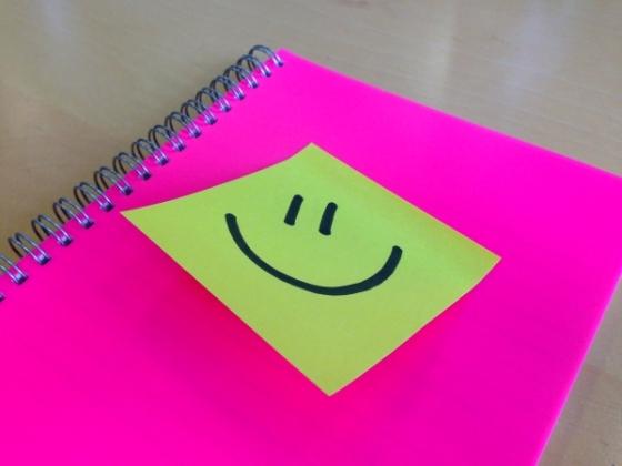 cara-feliz-postit-amarillo-rosa