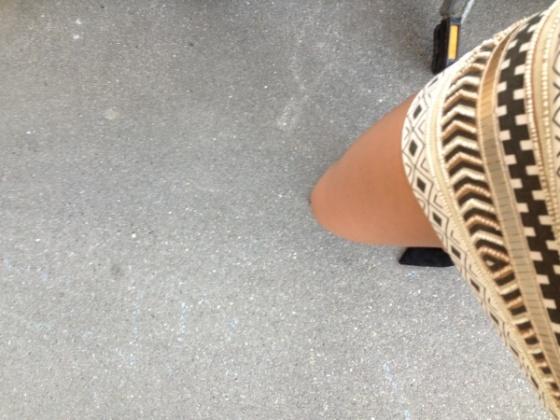 falda-cristales-lentejuelas-doradas-zapatos-negros-zara-mujer