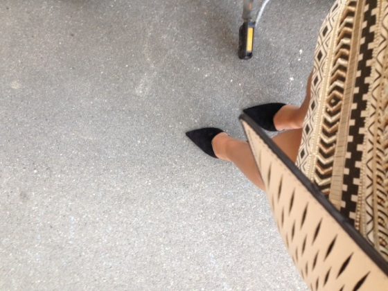 falda-cristales-lentejuelas-doradas-zapatos-negros-zara