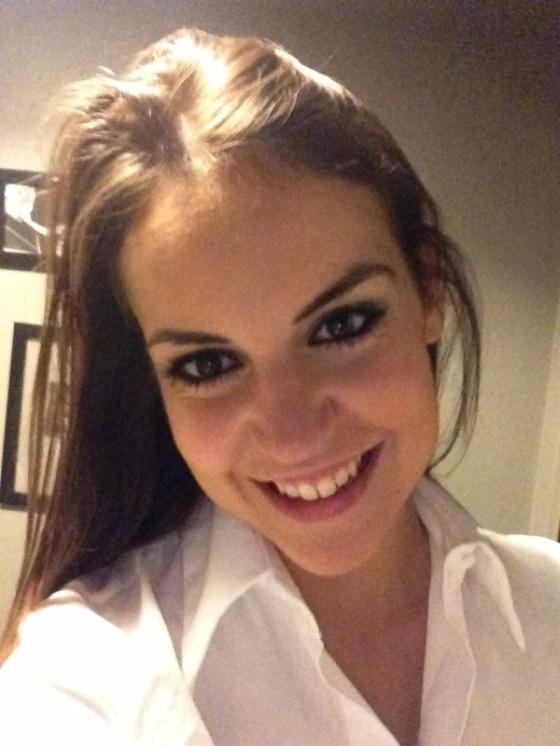 foto-autoretrato-mujer-morena-camisa-blanca