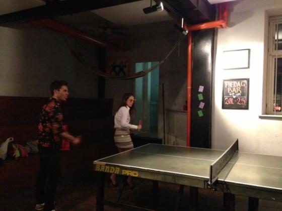 jugando-ping-pong-con-tacones